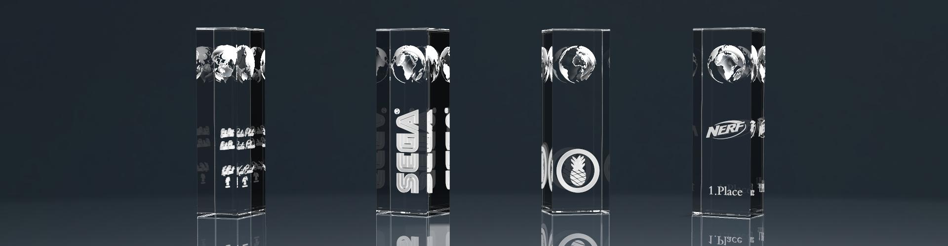 Vier Glaspokale Trophy Globe mit 3D Lasergravuren