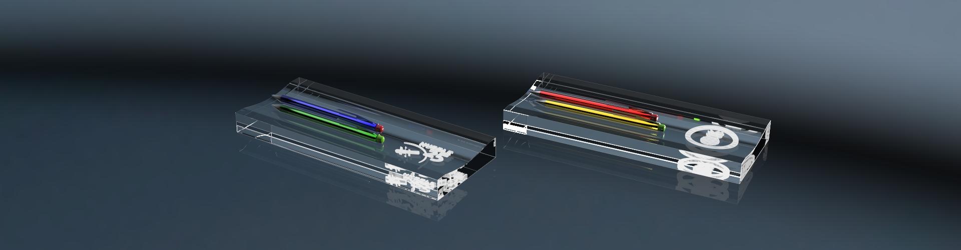 Zwei Stifteablagen aus Glas mit Gravur und Stiften