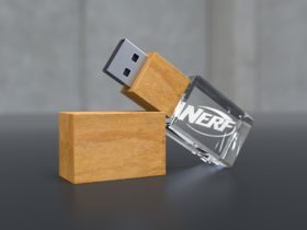 USB Stick Crystal Wood halbliegend mit Holzdeckel und Glaskörper mit Lasergravur