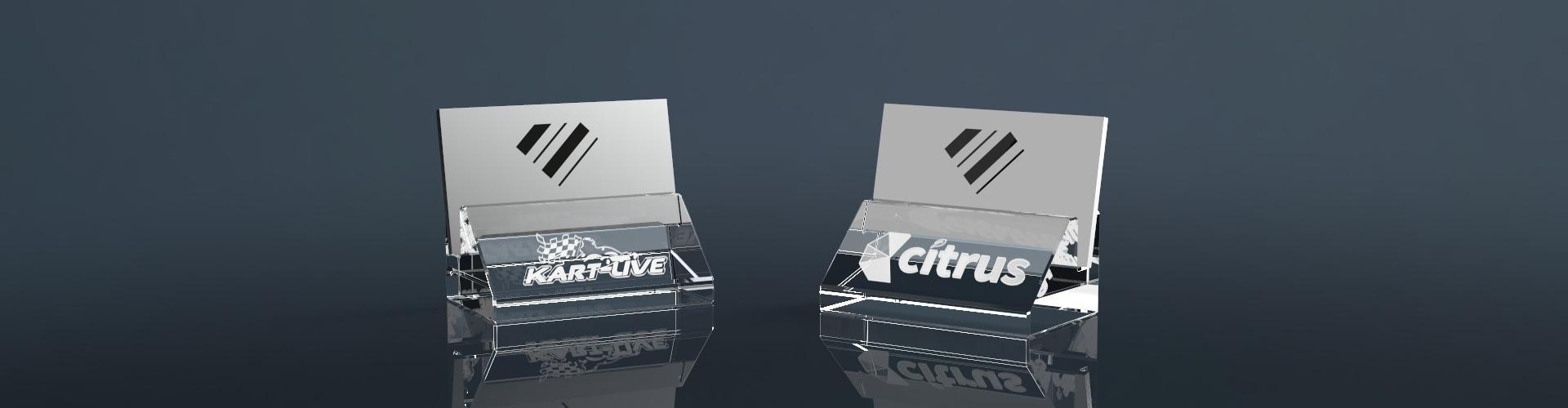 Zwei Visitenkartenhalter aus Glas mit Lasergravur