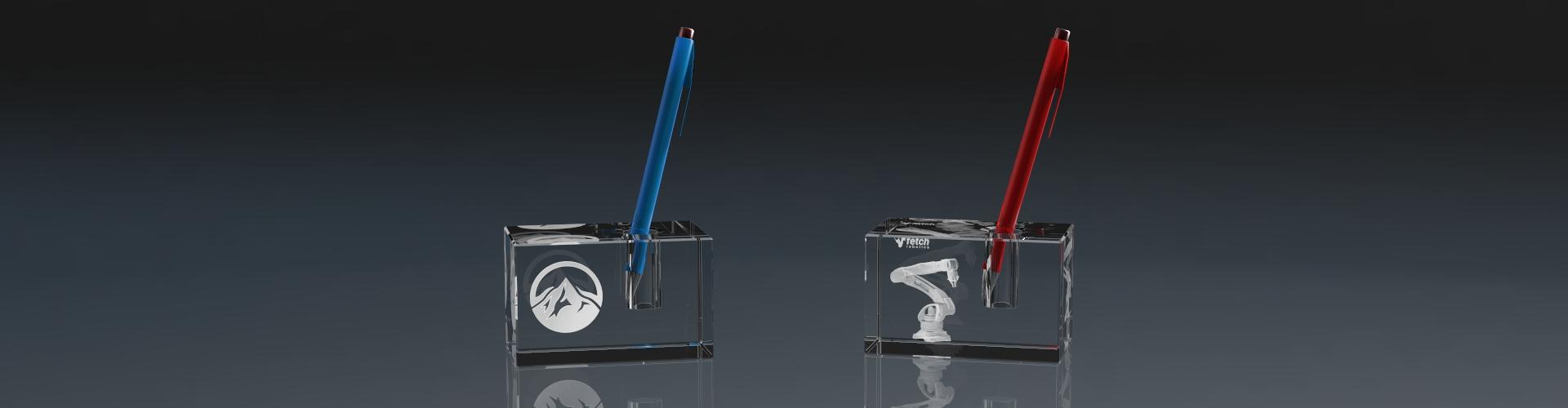 Zwei Stiftehalter aus Glas mit Lasergravur und Stiften