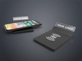 Zwei Crystal Wireless Charger in schwarz aus Glas mit Gravur
